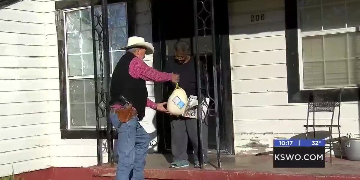 Comanche Co. sheriff hands out Thanksgiving turkeys