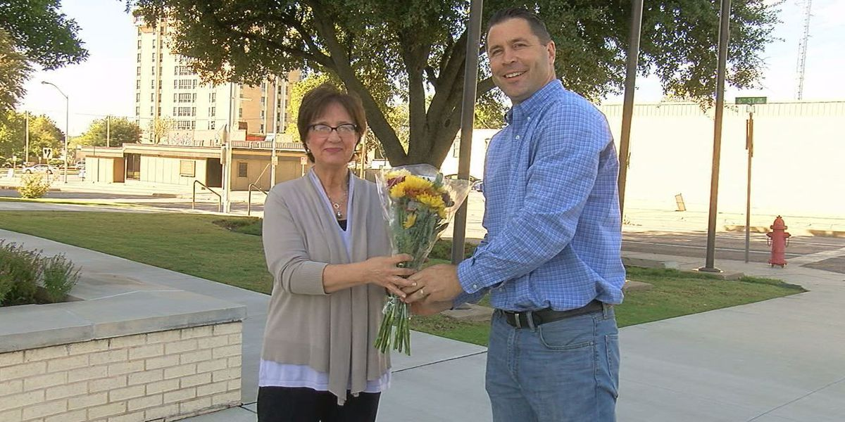 Local florist surprises people with free flowers for Petal It Forward campaign