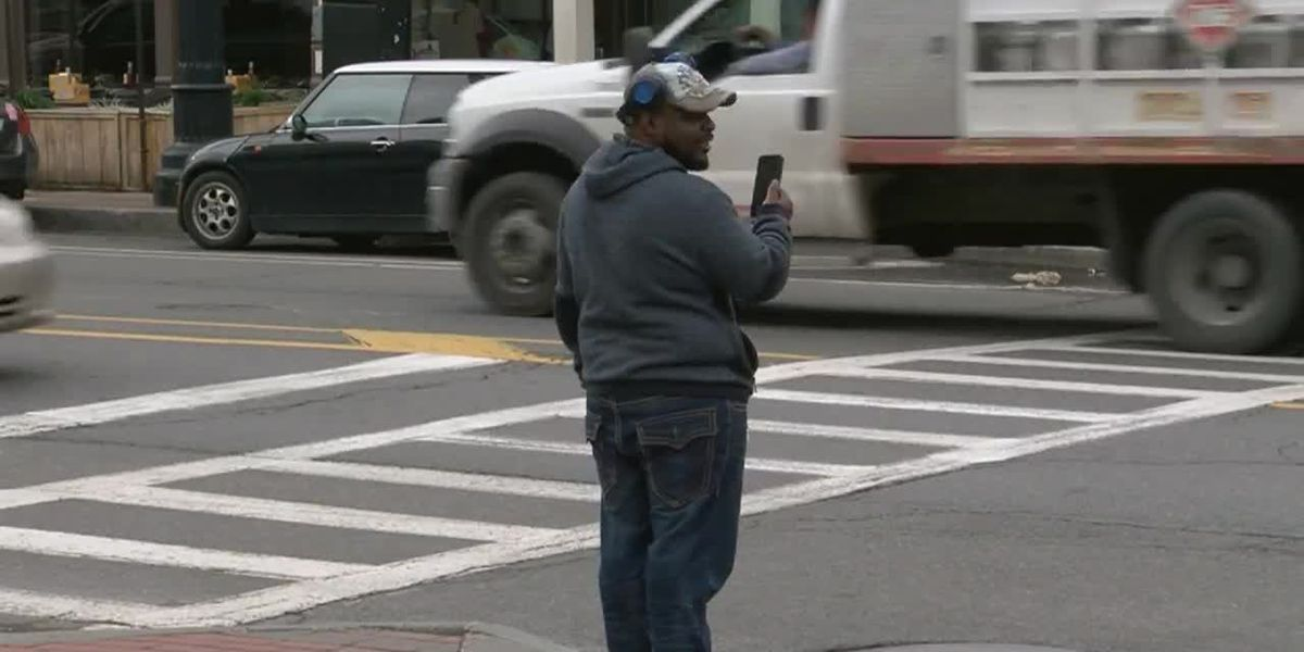 New NY state bill proposes ban cellphone use while crossing street