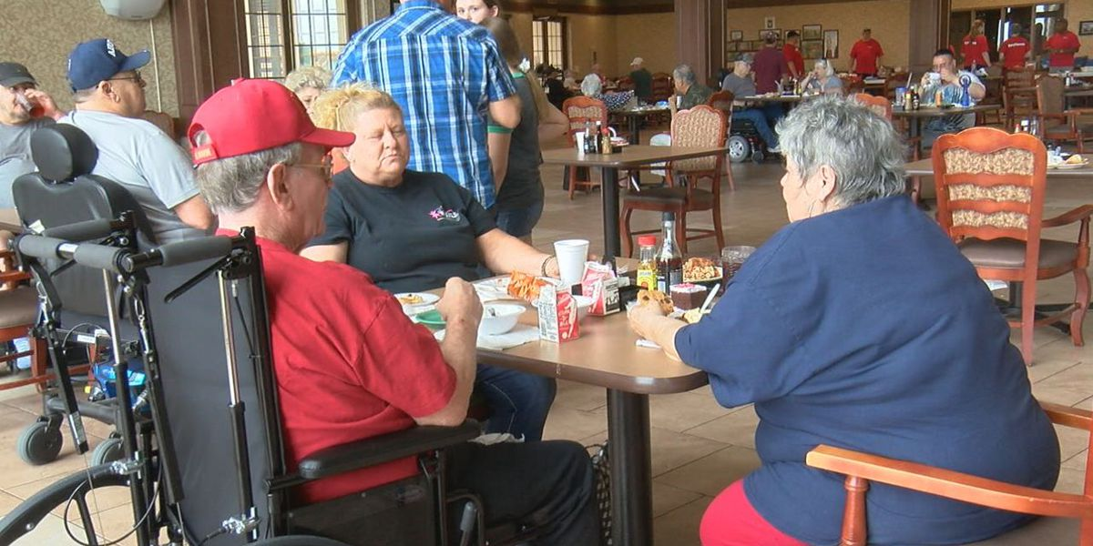 Raytheon employees host lunch for veterans