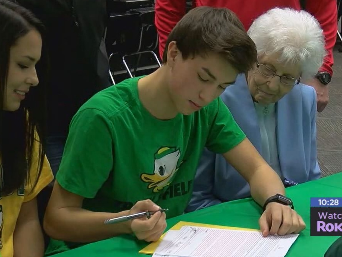 Elgin's Drapeau signs with Oregon track