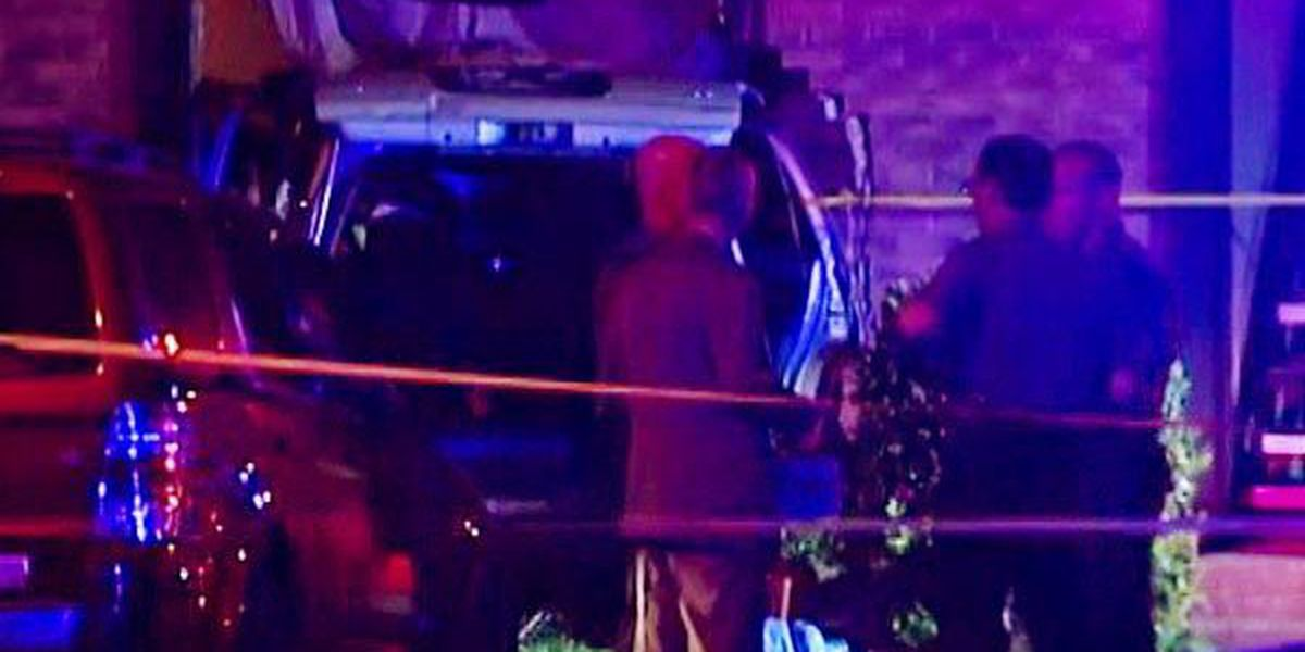 Man shot before driving into apartment complex
