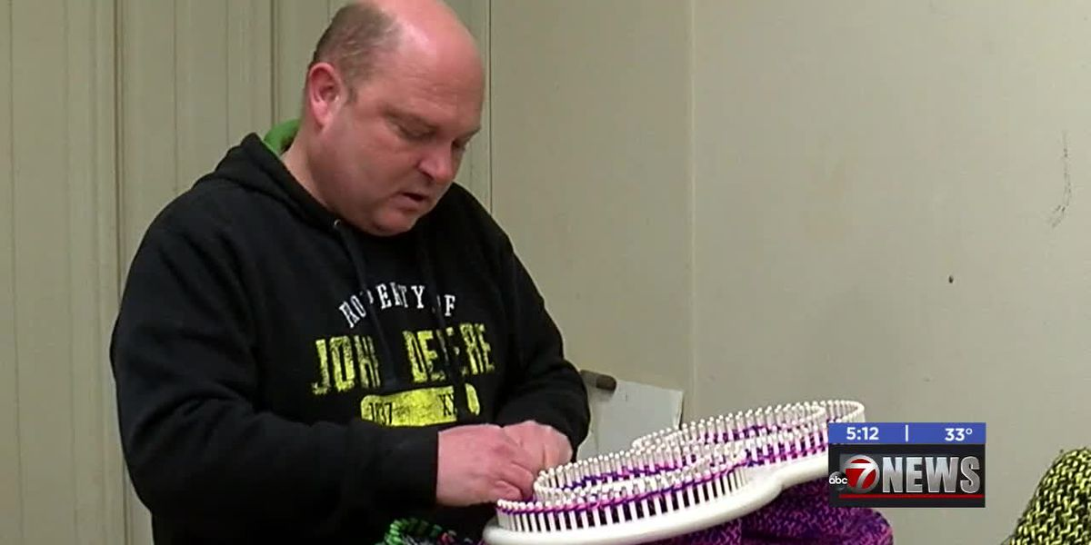 Veteran uses knitting as therapy