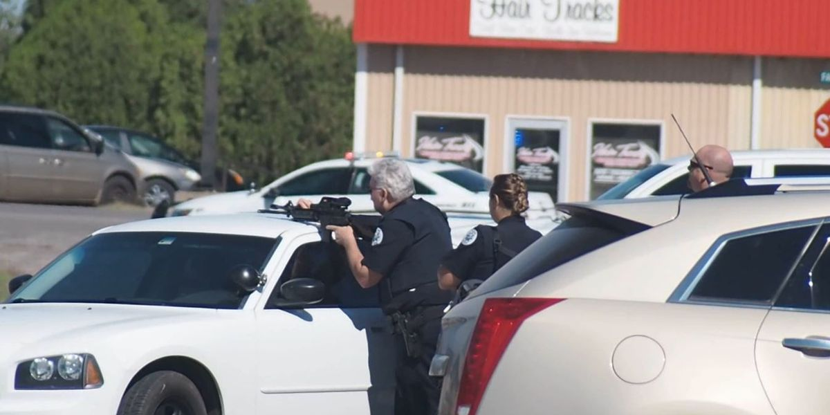 Altus Police involved in a standoff at Townhouse Apts