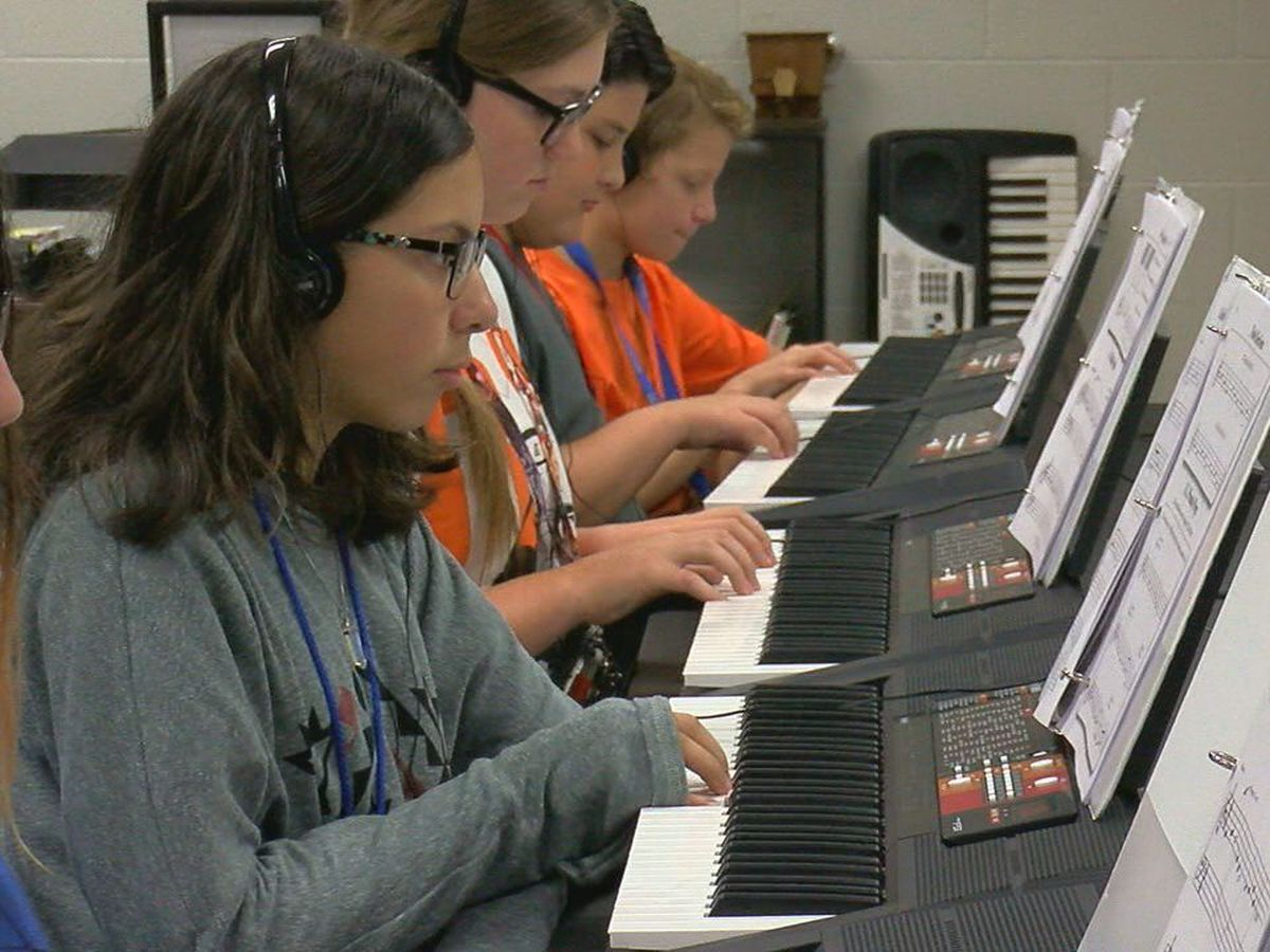 New class at Central Middle School teaches students how to play the piano