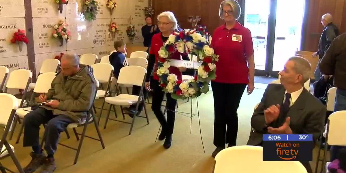 Local organizations place wreaths in honor of those who served