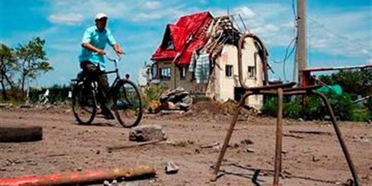 Eastern Ukrainians flee as army suffers losses